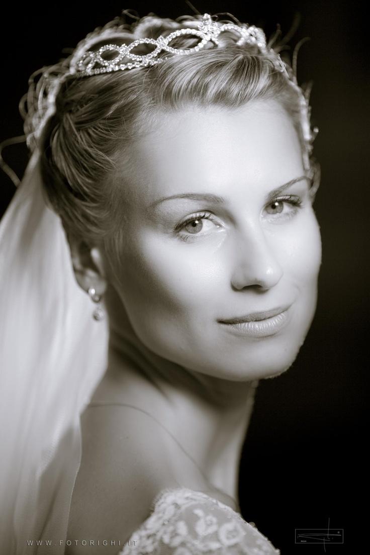 Il ritratto della sposa e il fotografo di nozze.      Arriva il momento tanto atteso, quello per le foto. L'abito, le luci, il viso della sposa...