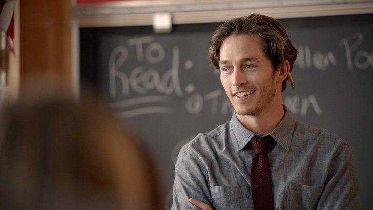 Pin for Later: 22 Hot Onscreen Teachers That Will Make You Want to Go Back to School Seth Branson, Scream  Played by: Bobby Campo  Teaches: English  Why he's so hot: Look at that bone structure — and that smirk.
