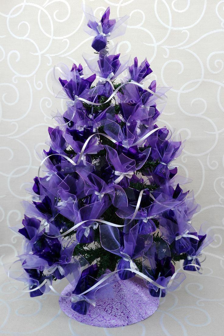 Hermoso árbol de navidad lila, ideal como regalo familiar, contiene 56 unidades de bombón vizzio delicadamente decorados, mide 65 cm. aprox.