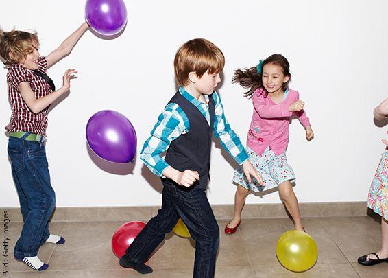 Zu einer richtigen Kindergeburtstags-Party gehören Spiele. Kinder zwischen vier und acht Jahren haben grossen Spass an Rätseln, Pantomimen, Kreis- und Geschicklichkeitsspielen.