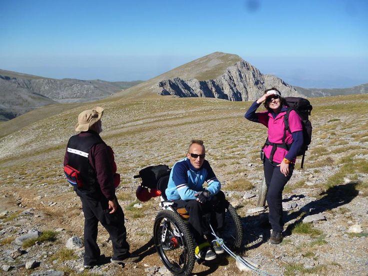 Η είδηση έκανε το γύρο του διαδικτύου: «Ο Λεωνίδας έσπασε το ρεκόρ ανάβασης αναπηρικού αμαξιδίου σε βουνό». Η επιθυμία του και το όνειρο της «επιστροφής στην κορυφή του βουνού» γίνεται πραγματικότητα και εκείνος ανεβαίνει σε μια από τις ψηλότερες ελληνικές κορυφές, στο Σκολιό Ολύμπου.  Πολύτιμοι συνοδοί του σ' αυτή την προσπάθεια ο Γιώργος Μπαϊρακτάρης και η Σουζάνα Γεωργουλή, συνοδοί της Health Guardians και οι άνθρωποι που μας υποδέχονται στο Καταφύγιο Χορτιάτη. Πολλές ενδιαφέρουσες…
