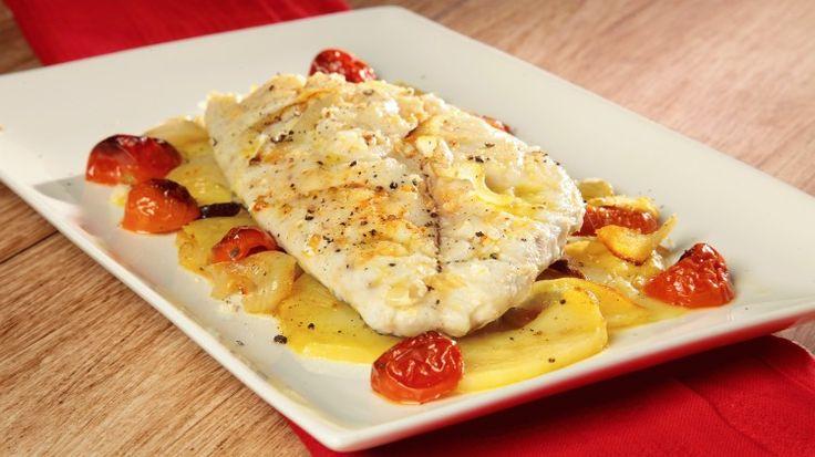 Ricetta Orata all'isolana: L'orata all'isolana, niente di più semplice: filetti  cotti in forno su di un letto di patate, cipolle e pomodorini. Guardate la videoricetta!
