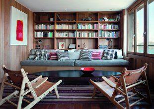 salon moderne entierement en bois avec large bibliotheque