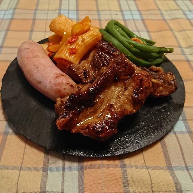 . 続きまして晩ごはんでございます  マサラペッパースペアリブ マザー牧場ソーセージ お昼の残りリガトーニ いんげんのグラッセ  スペアリブはにんにく、たっぷりの黒胡椒とガラムマサラをふってフライパンでじっくり焼きます。仕上げに醤油、みりん、砂糖のあわせだれを絡めるだけ。一晩つけなくてもオーブン使わなくても味のよく染みたスパイシーなスペアリブができますよの巻。  野菜は昼にたくさん食べたのでよしとしましょう…。 Masara pepper pork rib for dinner  I had a lot of veggies for lunch so,I settle for this tonight.  #pork #meat #ribs #dinner #yummy #cookingram #delistagrammer #foodstagram #foodie #foodporn #food #foodpics #foods #foodpic #foodlover #instafood #晩ごはん ごはん #おうちごはん #おうちカフェ #男子ごはん #男飯…