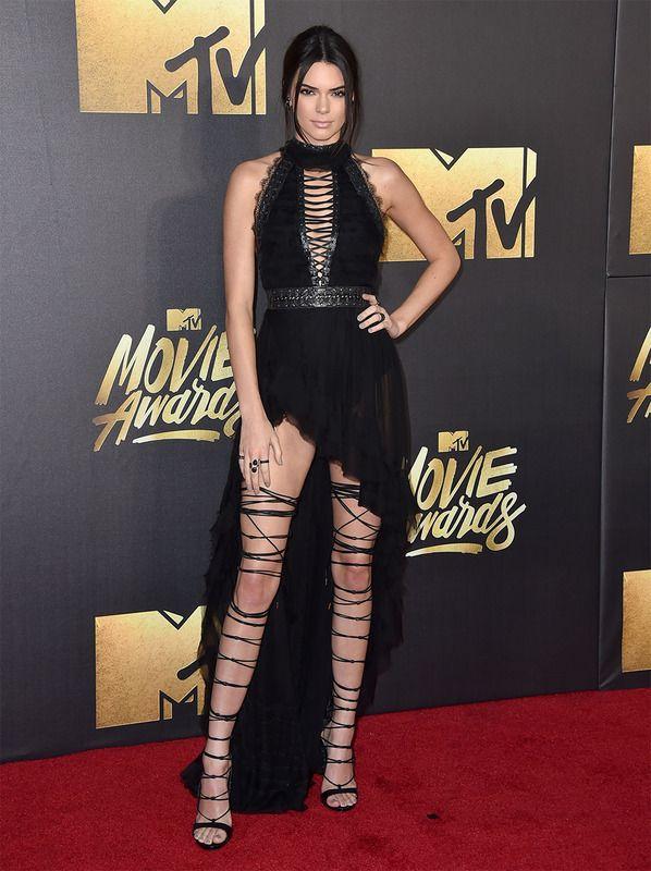 Con un 'look' muy atrevido apareció Kendall Jenner. Escogió un vestido de cuello halter con escote trenzado, de Christian Aadnevik y unas sandalias de tiras que recorrían casi toda la pierna.