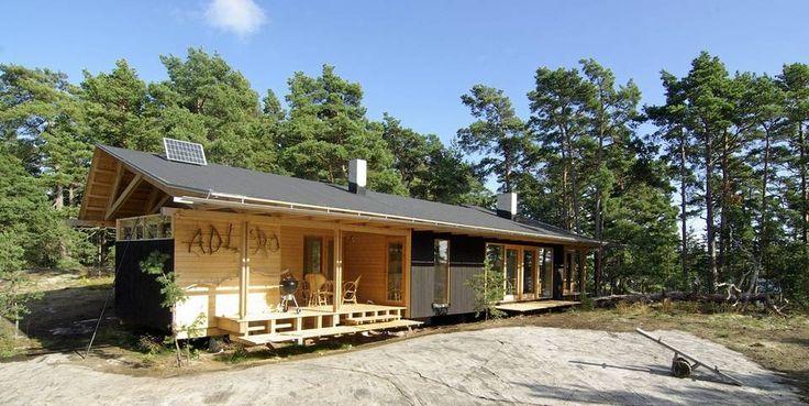 SVEVER OVER BAKKEN: Den langsmale familiehytta på Dömmarskär er tegnet og eid av arkitekt Anders Adlercreutz i A-Konsult i Helsingfors. Helt til venstre i hytta ligger lagerrom og en overbygd terrasse.