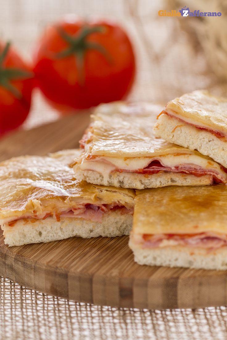La PARIGINA (puff pastry-topped pizza) è una #pizza rustica di origine napoletana, preparata con la pasta della pizza farcita e poi coperta con una croccante pasta sfoglia. #ricetta #GialloZafferano #Napoli #italianfood #italianrecipe