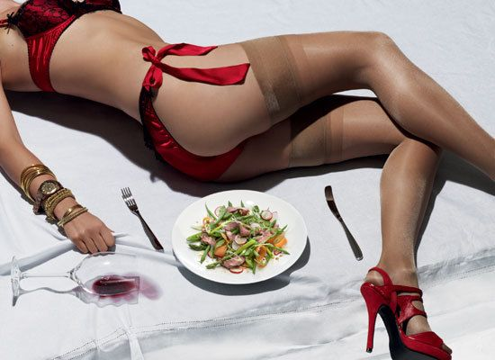 Твой лучший день: ужин- 200 г спаржи  100 г зеленой фасоли  50-гр говяжий стейк  3 перышка зеленого лука  100 г редиски, тонкими кружками  200 г салатной смеси  1 морковь  5 ст. л. соевого соуса  1 ч. л. китайского соуса хойсин  1 ч. л. меда  ½ перца чили,   ½ ч. л. васаби  3 ст. л. кунжут.масла