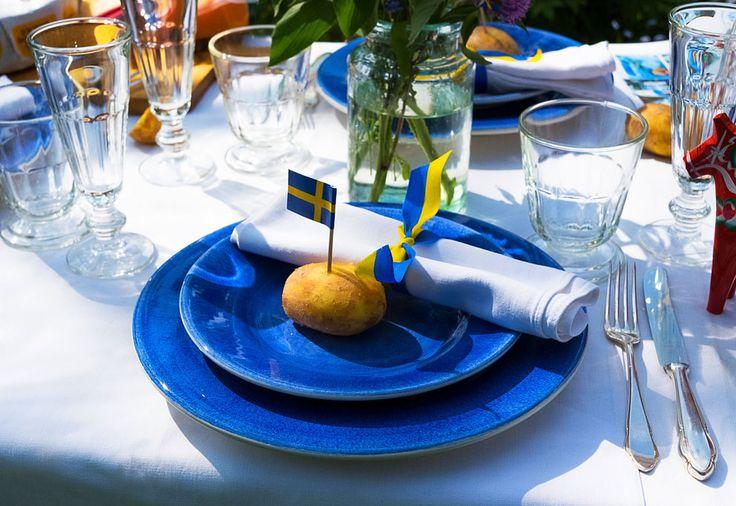 mittsommer tisch ideen blaue teller aus portugal und weingl ser aus frankreich vers en den. Black Bedroom Furniture Sets. Home Design Ideas