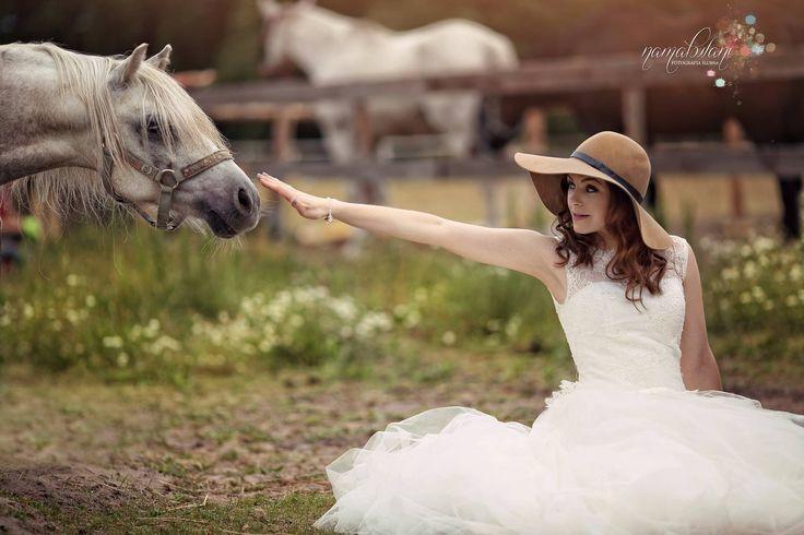 Artystyczna fotografia ślubna - sesja plenerowa z końmi  bride - outdoor wedding session with a horse