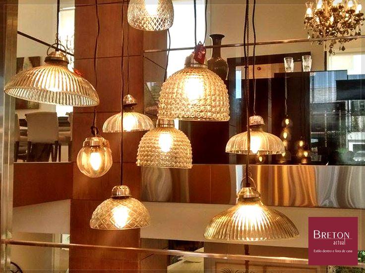 A iluminação pode ser uma das peças-chave para um ambiente extremamente confortável. Se sua sala não possui lâmpadas embutidas, aposte sem medo nos abajurs e luminárias! #BretonActual #DicaDecor