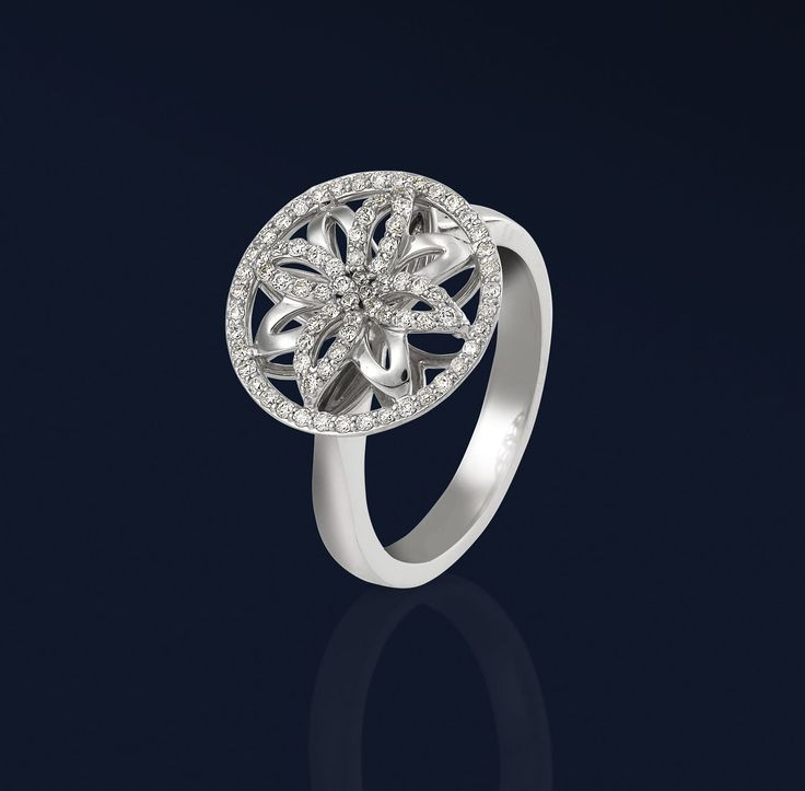 White gold and diamond ring from the Elipse Collection
