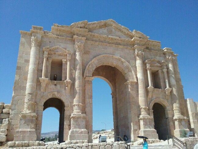 Jerash//Jerash est le chef-lieu de la province de Jerash dans le royaume de Jordanie. La population de l'agglomération dépasse 120 000 habitants. La ville moderne s'est établie autour du site de l'antique cité de Gérasa, parfois francisée en Gérase. Wikipédia