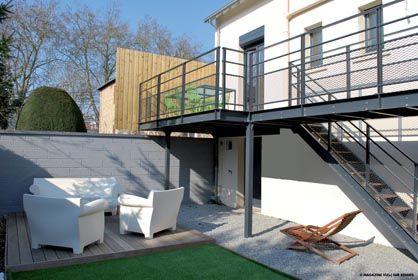 Réalisation d'une terrasse sur mesure en acier noir avec un sol en bois. Design et Soudure réalise tout type de structure métallique à votre image : escaliers, terrasses, passerelles, mezzanines, mobiliers, éléments décoration...