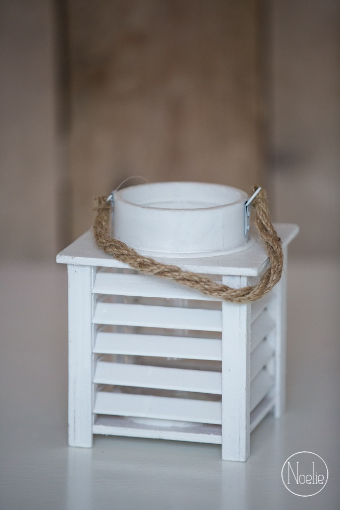 Lantaarn van het merk Countryfield. Met hengsel van touw voor een stoere look.  Binnenin is de lantaarn voorzien van een glazen pot, zodat je je kaars er makkelijk in kunt doen of uit kunt halen. En het biedt extra veiligheid natuurlijk.    materiaal: hout  kleur: wit  merk: Countryfield