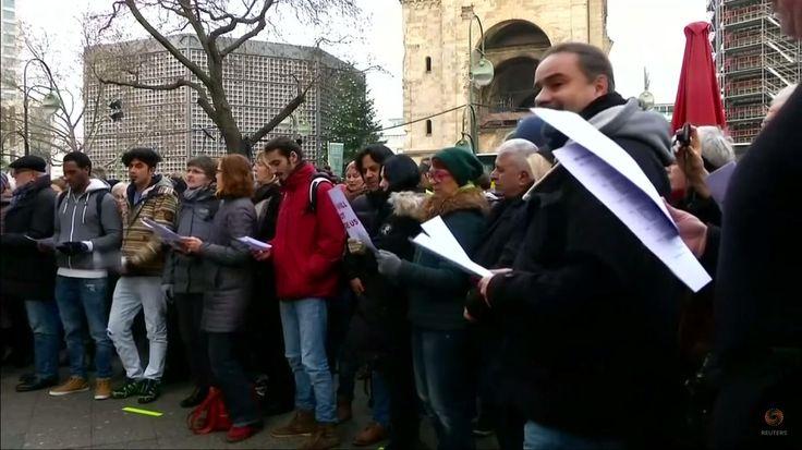 Niemcy niczego sięnie nauczyli! Na miejscu masakry urządzili wspólne śpiewanie z migrantami [WIDEO]