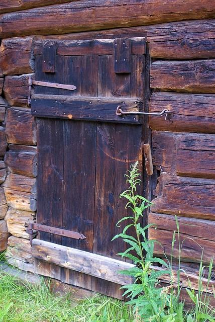 Incuietori la porti ca la bunici (Røros - detalj fra bakgård by randihausken, via Flickr)