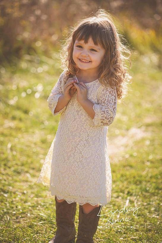 Dieses wunderschöne 3/4 Ärmel Kleid mit Elfenbein, weich, zart bestickte Spitze gemacht, überlagert ein Baumwollkleid von hoher Qualität. Dieses Kleid ist perfekt feminin und einfach wunderschön!  ~ ~ ~ Wir empfehlen, die Größe des Kindes normalerweise trägt, es sei denn, sie auf der Seite größer sind zu bestellen und dann schlagen wir vor, bestellen Sie eine Größe für Überlänge ~ ~ ~