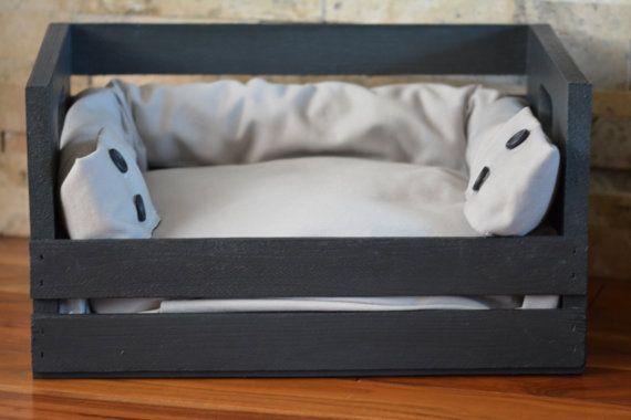 Lit pour chien mini (2-15 lbs) ou chat, conçu à partir dune caisse de bois recyclé artisanale et peint à la peinture de craie. Coussin de mousse dense durable inclus, recouvert dune housse de tissu recyclé de première qualité, amovible pour lavage. 18 x 12 x 10 haut.