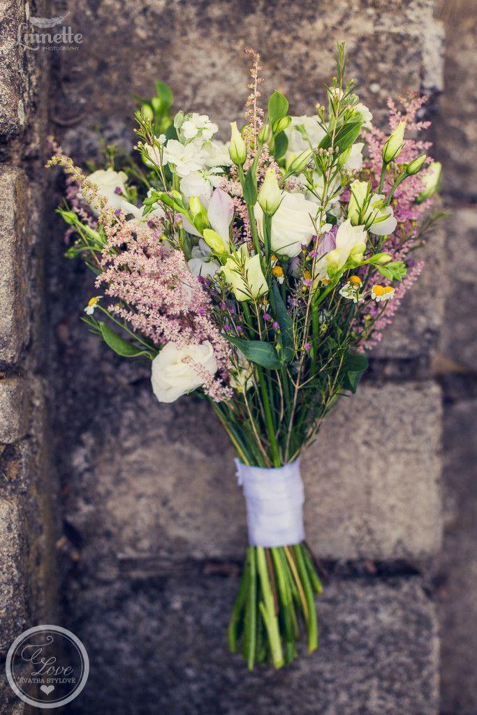 Svatební dekorace fotím moc ráda. Každé dekorace jsou jiné a v tom je to kouzlo. Fotit tyhle dekorace pro mne byla srdcovka. Je to pro mne způsobeno celkovým dojmem všeho dohromady. Styl svatby byl bohémský, rustikální. Místo pro svatbu bylo neobyčejně hezké, svatební obřad se konal venku na zahradě, hostina byla hnedka o pár kroků …