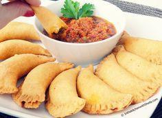 Pastels au poisson du Senegal : Pour la pâte : - 500 gr de farine - 1 sachet de levure - 50 gr de beurre - 2 œufs - 280 ml d'eau tiède - sel.  Pour la farce :huile - 1 oignon - ail, piment -  1/2 bouquet de persil -  300 gr de poisson -  1 cas de concentré de tomates - 1 cube de bouillon - sel,  poivre.  Pour la sauce à la tomate : huile- 1 oignon, ail, piment, 300 gr de tomates, 1 cas d'eau, sel et poivre.