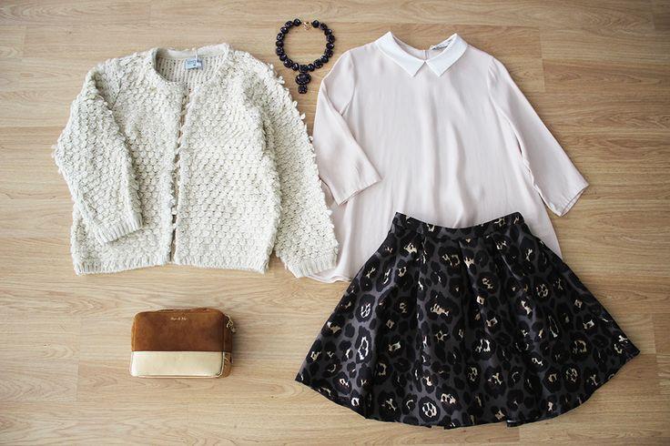 Viste cómoda y femenina con faldita de leopardo, blusa y cardigan de la NUEVA COLECCIÓN #colettemoda! > http://www.colettemoda.com/produ…/chaqueta-beige-borreguito/