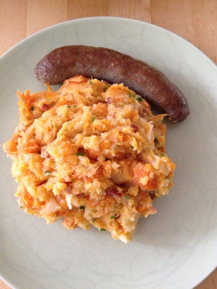 Stamppot van aardappel, zoete aardappel, winterwortel en ui, met spekjes en een rundersaucijsje!