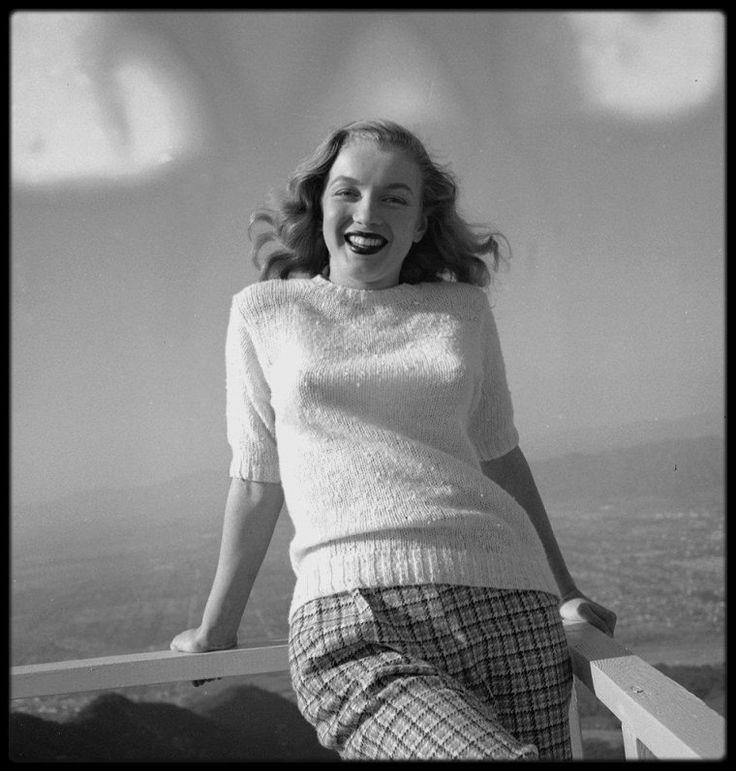 """1946 / (Photos Joseph JASGUR) A la demande d'Emmeline SNIVELY, ce photographe patenté des célébrités accepta de faire des photos de Norma Jeane en mars 1946. Il était connu pour sa collaboration avec des magazines comme """"Silver Screen"""", """"Photoplay"""" et """"Hollywood Citizen News"""". Il fut surpris de trouver devant la porte de son studio de Hollywood, une jeune fille timide, qui n'avait rien du mannequin classique, anxieuse, haletante. Elle avait aussi plus d'une heure de retard, ce qui l'étonna…"""