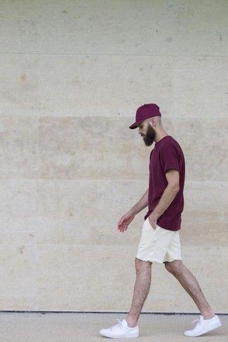 Camiseta con cuello-barco-morado-oscuro-pantalones cortos blancos-zapatillas-bajas-nuevo estilo.