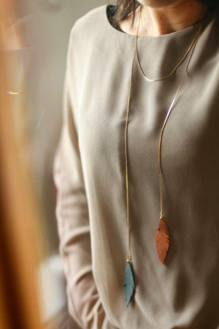 A croire que je suis devenue une accro aux bijouxavec des pièces en cuir!… Je ne m'en passe plus, et ne m'en lasse pas non plus Cette fois-ci j'ai choisi de réaliser un sautoir tout en légèreté avec deux pendentifs...
