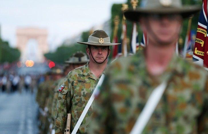Soldats australiens sur les Champs Elysés lors d'une répétition du défilé, à Paris le 12 juillet 2016. / Thomas Samson/AFP