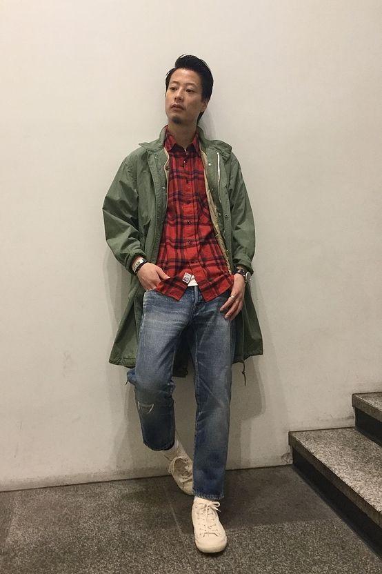 ニューモッズスタイル  チェックシャツにデニム、アメカジらしい配色を意識しながらもスタンドカラーのモッズコートを羽織ることでトレンド感を演出。足下のPLASで収まり良く仕上げました。