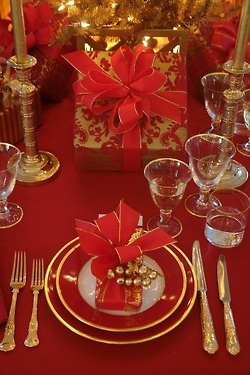 Christmas Table setting in red and gold....how beautiful this is!