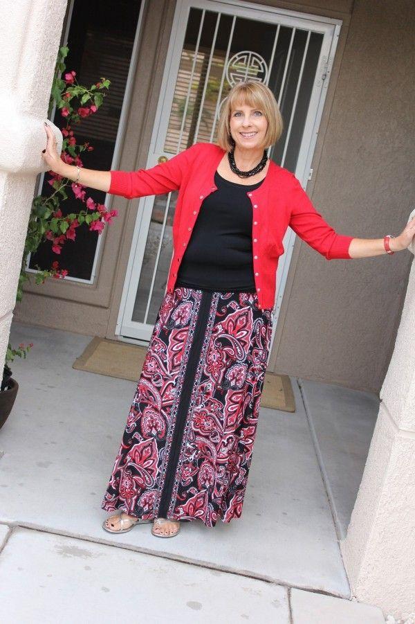 Se você tem uma saia floral de fundo preto, ela é perfeita para o outono/inverno também! Aproveite para diversificar seu guarda-roupa. Experimente com camiseta preta e cardigan colorido. DICA: Coloque um cinto bem largo para disfarçar esse pneuzinho na barriga.
