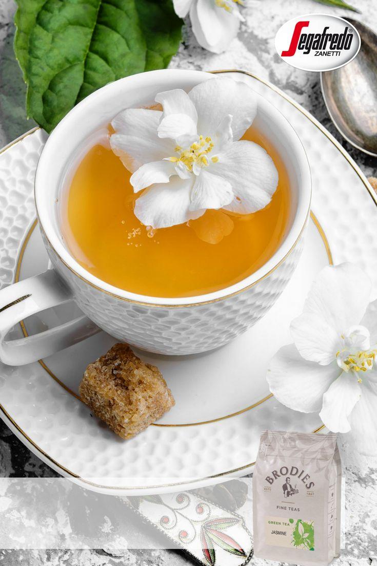 Fani herbaty liściastej, koniecznie powinni spróbować herbaty liściastej Brodies w 18 smakach. Dziś wybieramy delikatną herbatę jaśminową o uspokajających i relaksujących właściwościach. #Segafredo #SklepSegafredo #Brodies #herbata #greentea #jasmine