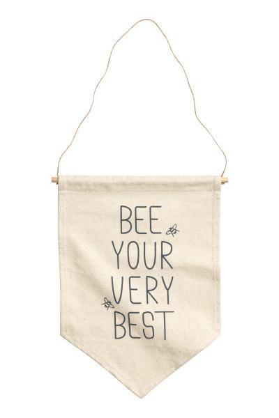 Bandierina con scritta: ESCLUSIVA BABY. Bandierina in tela di cotone con scritte stampate davanti. Appendino in legno con cordoncino. Misure 27,5x38,5 cm.