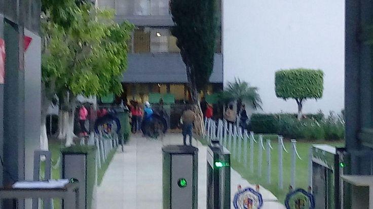 Cocineros y cocineras de las casas del estudiante protestan porque las autoridades universitarias no quieren hacerles la comida del Día del Cocinero – Morelia, Michoacán, 01 de junio de 2017.- ...