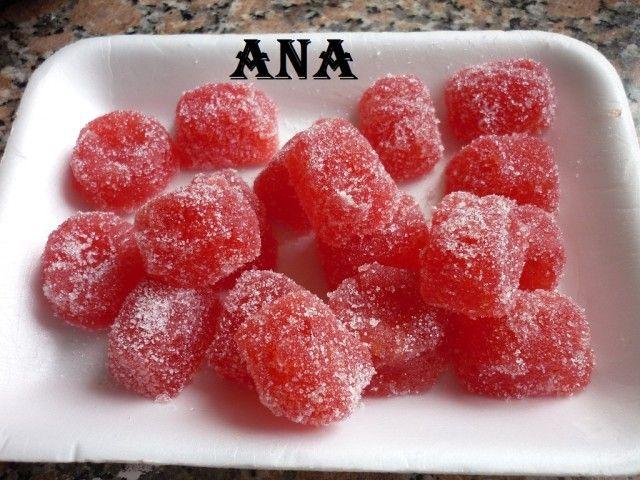 Hace rato que quería hacer estos bombones de fruta. Una vez probé hacerlos con gelatina en vez de pectina o agar agar pero no salen. Si leen en alguna receta que dice que se puede reemplazar la pectina por gelatina no salen. Son riquísimos y fáciles.