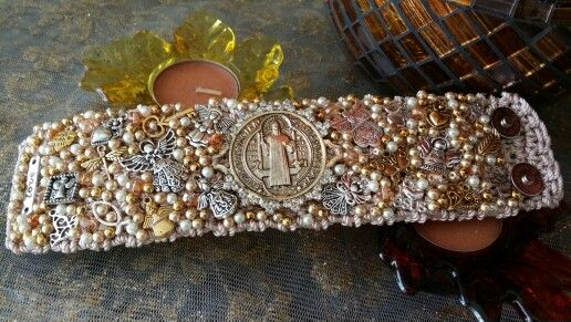Brazalete bordado con medalla de san benito. By Moni G.