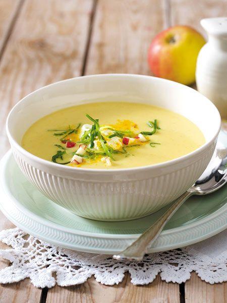Äpfel zum Löffeln: Das cremige Süppchen aus Äpfeln, Porree, Brühe und Creme fraiche wird mit Curry lecker-würzig abgeschmeckt.