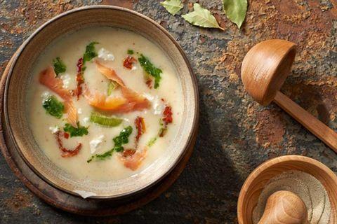 Wypróbuj przepis Karola Okrasy na kremową zupę z porów z wędzonym łososiem, suszonymi pomidorami oraz twarogiem. Odwiedź Kuchnię Lidla!