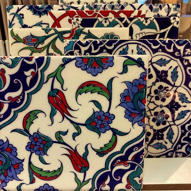 Piękne, kolorowe motywy, niczym wyjęte z babcinej kuchni. Kto lubi tego typu zdobienia? :) #HOFF #salonhoff #kraków #ilovehoff #łazienka #łazienki #design #wystrojwnetrz #bathroom #bathroomdesign #ceramika #inspiracja #kuchnia #kitchen #kafelki #kolory #wzory #kwiaty #zdobienie