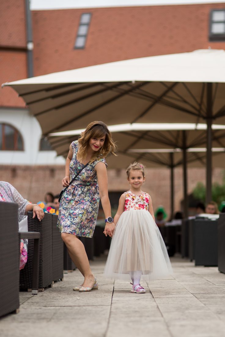 Rochii asortate pentru mama si fiica, cu imprimeuri florale
