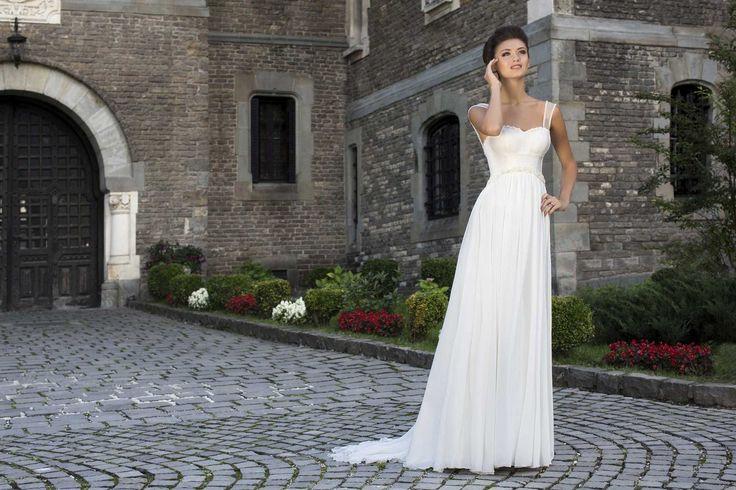 Jednoduché krásne svadobné šaty s jemnou padavou sukňou s ramienkami