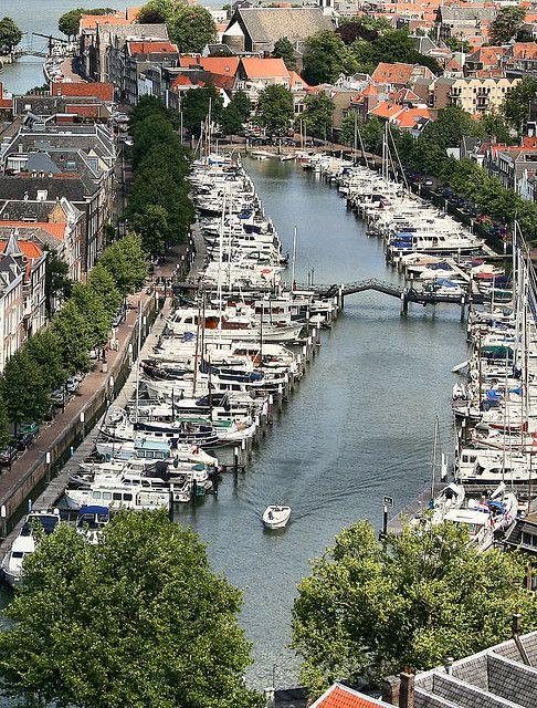 Dordrecht, hier wonen we vlakbij. Deze brug is speciaal, hij hoeft niet open voor zeilboten, in het midden zit een opening waar de masten doorheen kunnen.