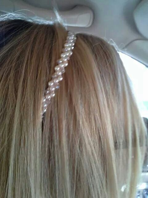 Hair band with pearls.