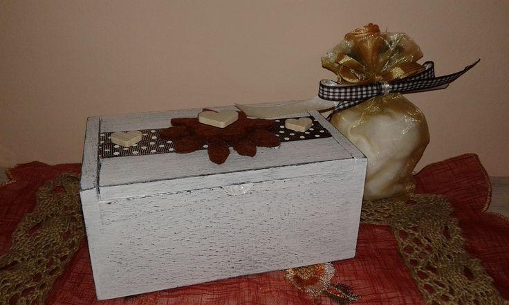 scatolina media shabby fiori marroni con sacchettino tulle decorato  con confetti all'interno nel tulle classico