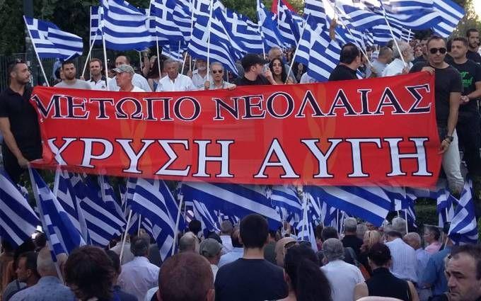 Εκατοντάδες Χρυσαυγίτες προκάλεσαν Εθνικιστικό σεισμό στο κέντρο της Αθήνας, κάνοντας πορεία μετά την λήξη της εκδήλωσης Μνήμης για τον Ίωνα Δραγούμη. Περνώντας έξω από την
