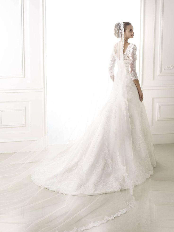 Brandie esküvői ruha - Pronovias 2015 kollekció - La Mariée Budapest http://lamariee.hu/eskuvoi-ruha/pronovias-2015/brandie