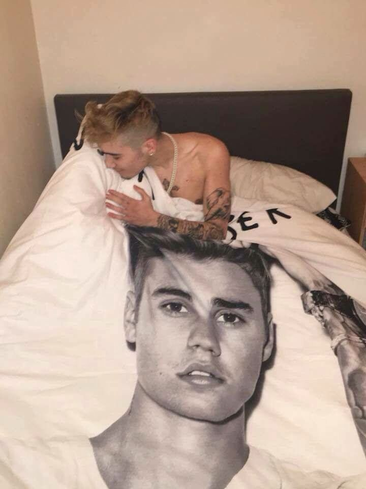 that's not even Justin Bieber in the bed just a guy who looks like 2014 version of him,bruh?!